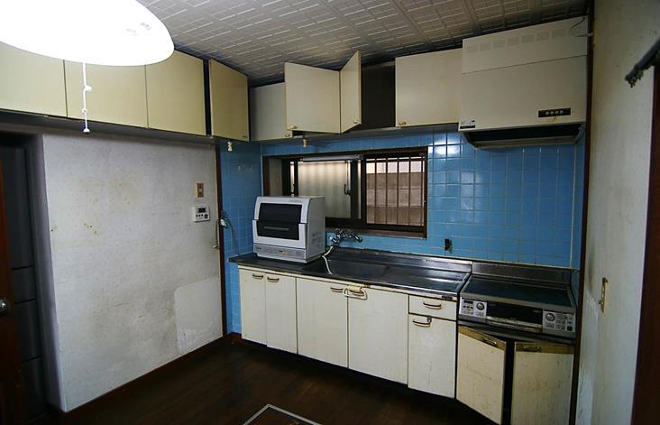 旧 古くなったタイル張りキッチン